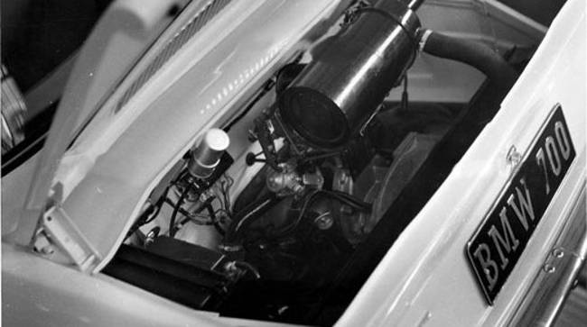 Двигатель под капотом BMW 700 Sedan