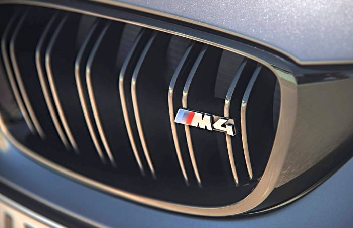 Логотип на решетке радиатора BMW M4 GTS F82