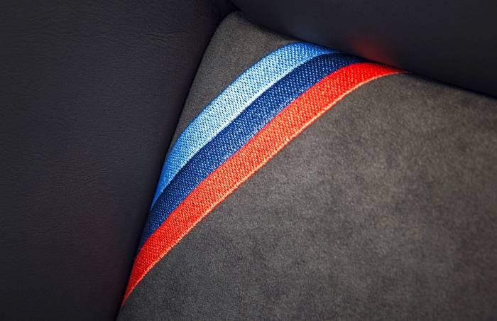 3-х цветная полоска в интерьере BMW M4 GTS F82