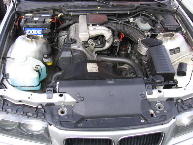 Фото двигателя BMW М40 под капотом E36