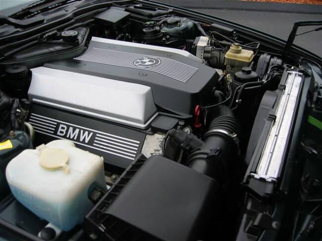 Фото двигателя BMW М60 под капотом E34 5 Series