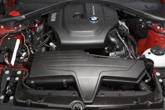 Фото двигателя BMW B37 под капотом 1 серии