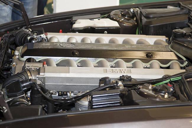 Фото двигателя BMW Goldfish V16 под капотом 7 серии