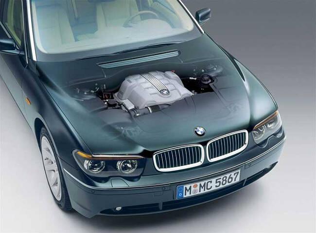 Фото двигателя BMW N62 под капотом E65