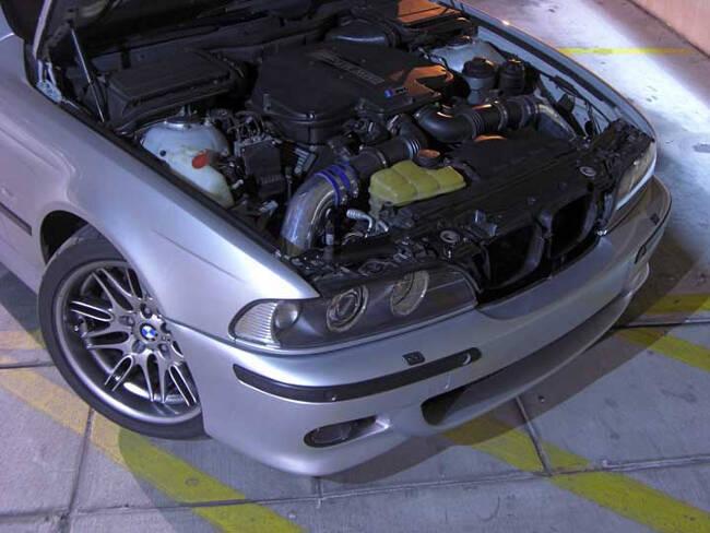 Фото двигателя BMW S62B50 под капотом M5 E39
