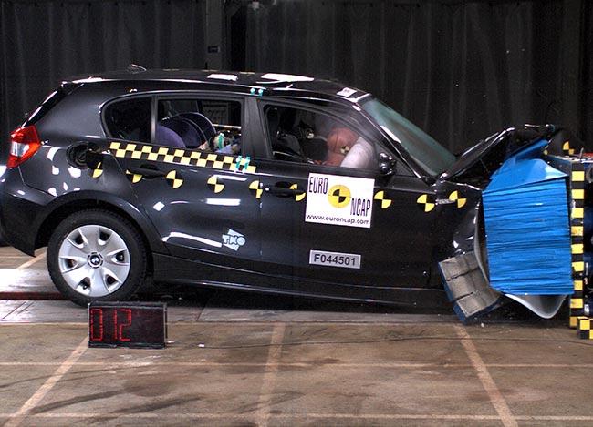 Лобовой удар-BMW-E87-на-скорости-64-км-в-час