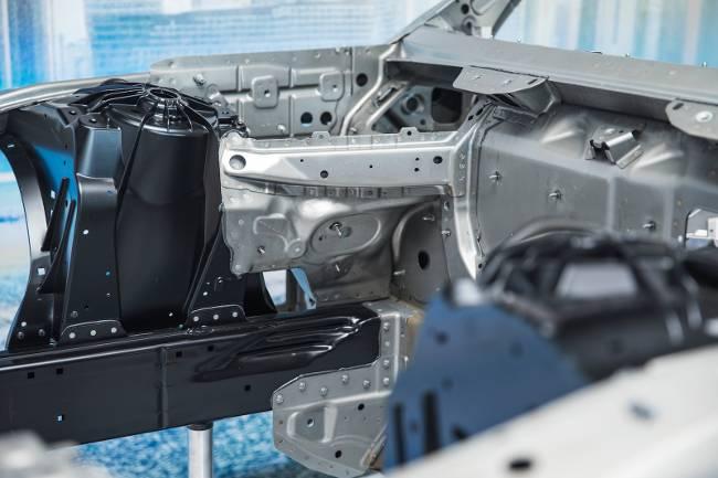 Конструкция передней части БМВ 7 серии Джи 11