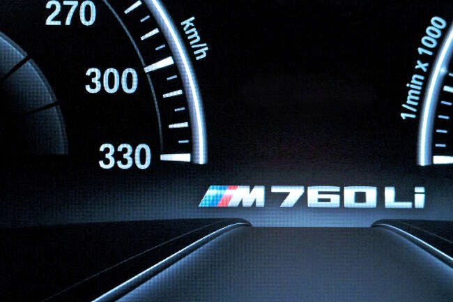 Логотип на панели приборов BMW M760Li xDrive G12