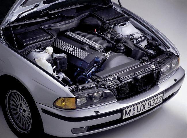 Фото двигателя BMW М52 под капотом E39