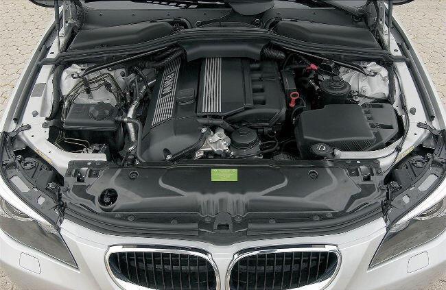 Фото двигателя BMW М54Б30 под капотом E60 - 2