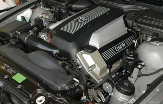 Фото двигателя BMW М60 под капотом E34 5 серии