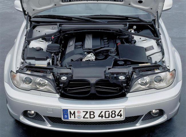 Фото двигателя BMW M54B30 под капотом E46