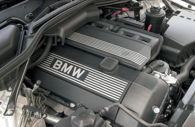 Фото двигателя BMW M54B30 под капотом E60