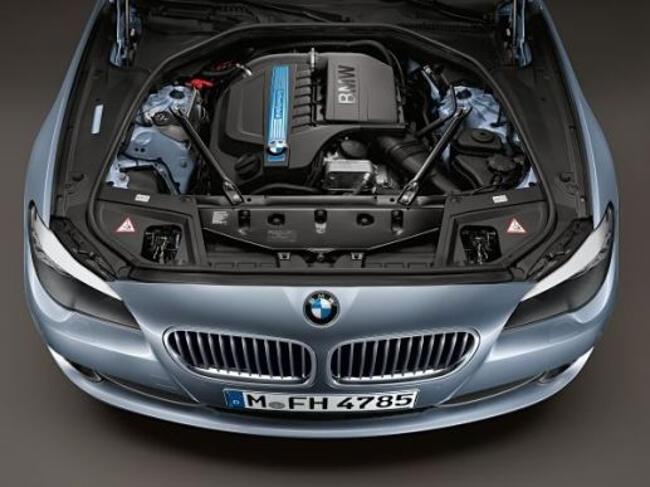 Фото двигателя BMW N55 под капотом ActiveHybrid 5