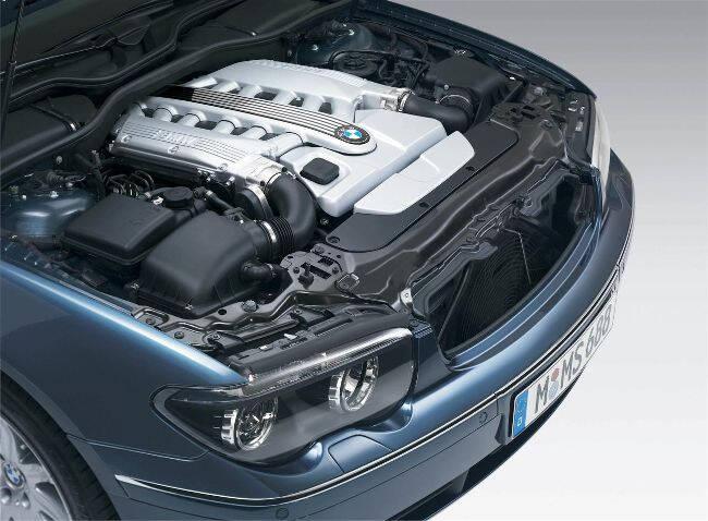 Фото двигателя BMW N73B60 под капотом E66 760Li