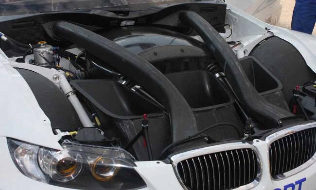 Фото двигателя BMW P65 под капотом M3 GT