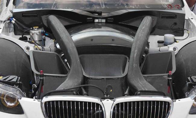 Фото двигателя BMW P65 под капотом M3 GT4