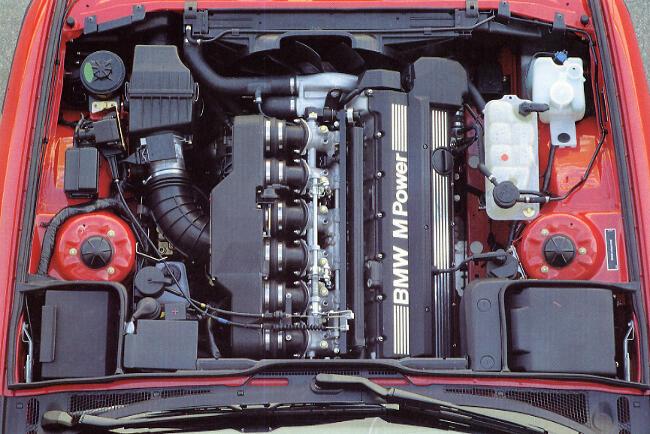 Фото двигателя BMW S38 под капотом E34 M5