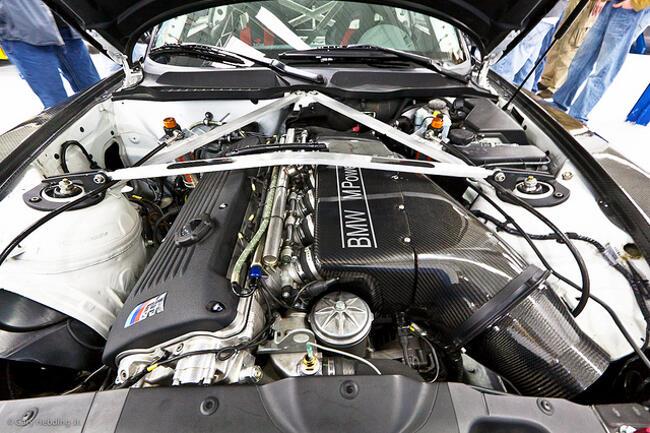 Фото двигателя BMW S54 под капотом Z4M Coupe