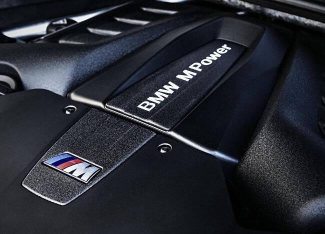 Фото двигателя BMW S63 TU под капотом X6M F86