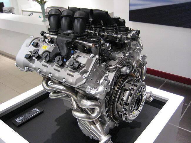 Фото двигателя BMW S65 на стенде