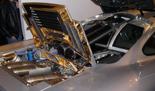Фото двигателя BMW S70 под капотом McLaren F1
