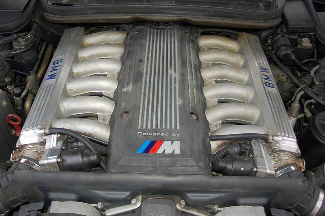 Фото двигателя BMW S70 V12 под капотом 850 CSi