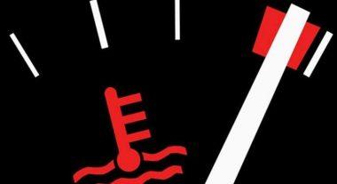 Стрелка охлаждающей жидкости двигателя в красной зоне