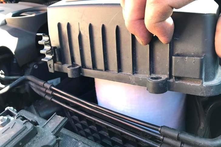 Закрытие крышки воздушного фильтра